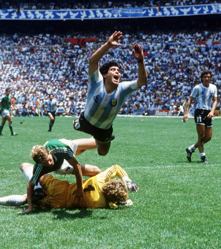 photo coupe du monde 1986 diego maradonna en finale face l 39 allemagne avant de gagner le. Black Bedroom Furniture Sets. Home Design Ideas
